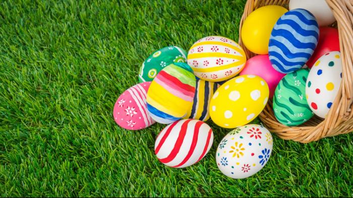 schöne ostern, farbenfrohe eier im korb, ostereier dekorieren, hübsche osterbilder