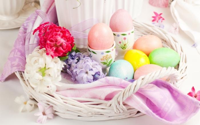 schöne osternm frohes osterfest, bunte eier im weißem korb, frühlingsblumen