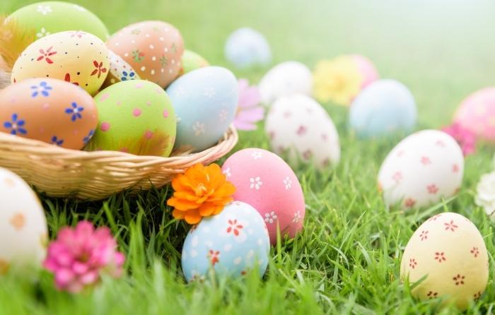 schöne ostern, osterbilder im gras, osterkorb mit eiern, ostereier dekorieren, frühlingsfest