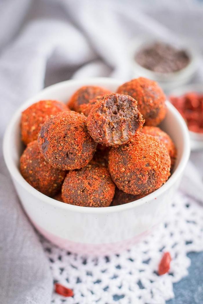 Low Carb Rezepte vegan, Schokoladebällchen mit Kakao Maca Datteln und Walnüssen, Bällchen gelegt in einer runden Schale