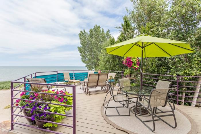 sonneschutz für garten, terrasse und balkon, tipps zur auswahl, grüner sonnenschirm, terrassengestaltung ideen