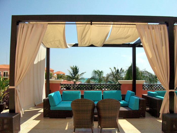 sonnenschutz für den außenbereich, außenbereichgestaltung ideen, postermöbel mit blauen sitzkissen