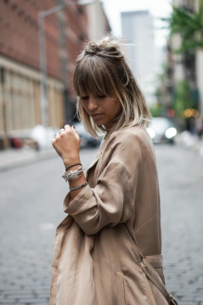 New York Street Style, kurzer blonder Haarschniit, halb hoch halb runter. beiger Trenchcoat, pony frisuren 2020