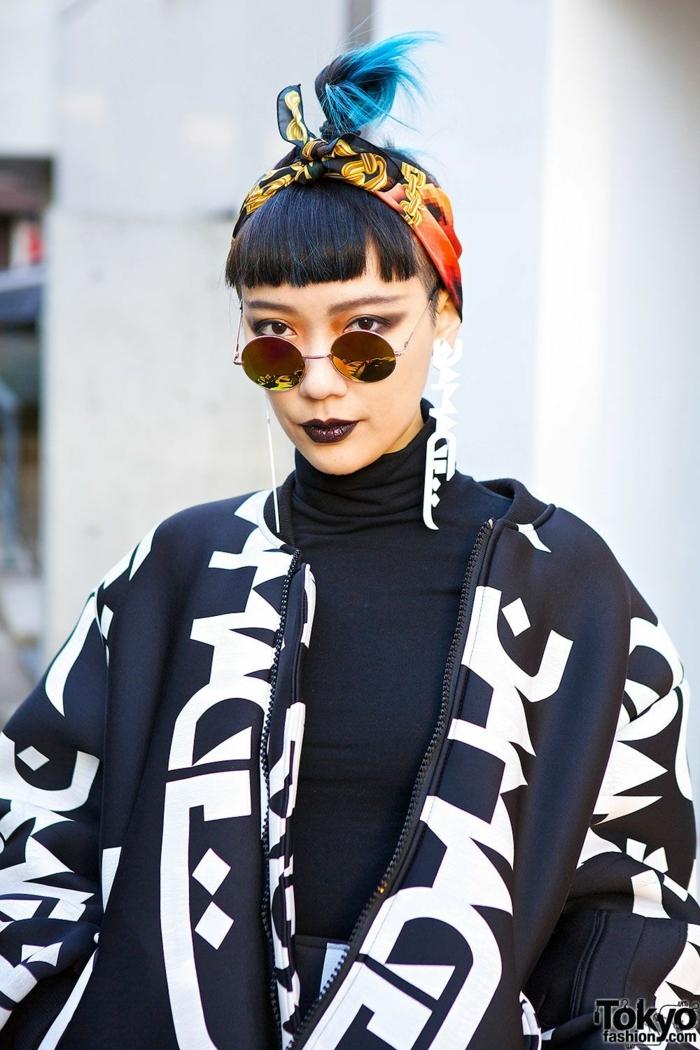 Styling Inspiration aus den Straßen von Tokyo, schwarzes Outfit mit Oversized Jacke, Pony Styles mit einem bunten Tuch am Kopf, Frisuren mit Pony 2020