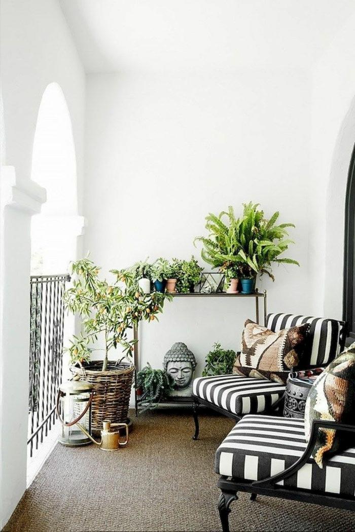 Mediteranische Einrichtung von Terrasse, schwarz weiße Sessel, Budha Statue, Balkon Lounge klein