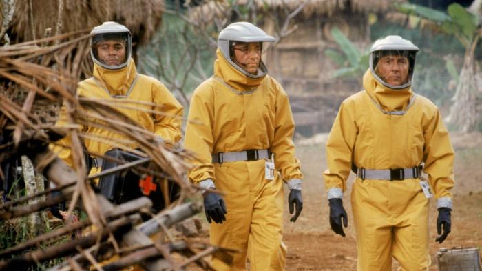 drei männer mit gelben schutzkostüms gegen viren, szene aus dem film outbreak mit dem schauspieler dustin hoffman, die besten filme über viren