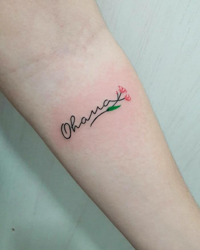 tattoo familie, kleine rote blüten, ohana tätowierung am arm, schriftzug am arm