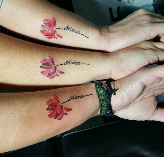 tattoo familie motive für geschwister, identische tätowierungen mit ohana und roter blume as motiv