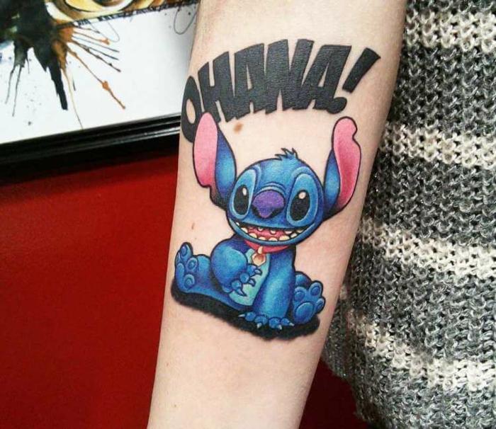 tattoo ideen familie, große schwarze buchstaben, fabige tätowierung am arm