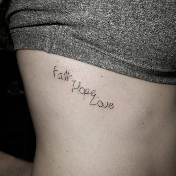 Tattoo an den Rippen, Glaube Liebe Hoffnung Tattoo, kurzes graues Top