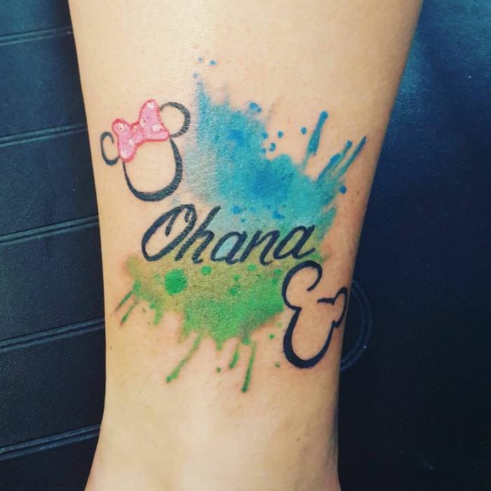 tattoo sprüche familie, farbige wasserfarben tätowierung am bein, micky und minnie mouse