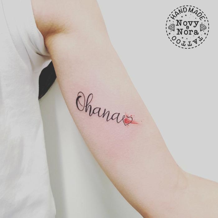 tattoo sprüche familie, rotes herz, simple tätowierung am oberarm, ohana bedeutung