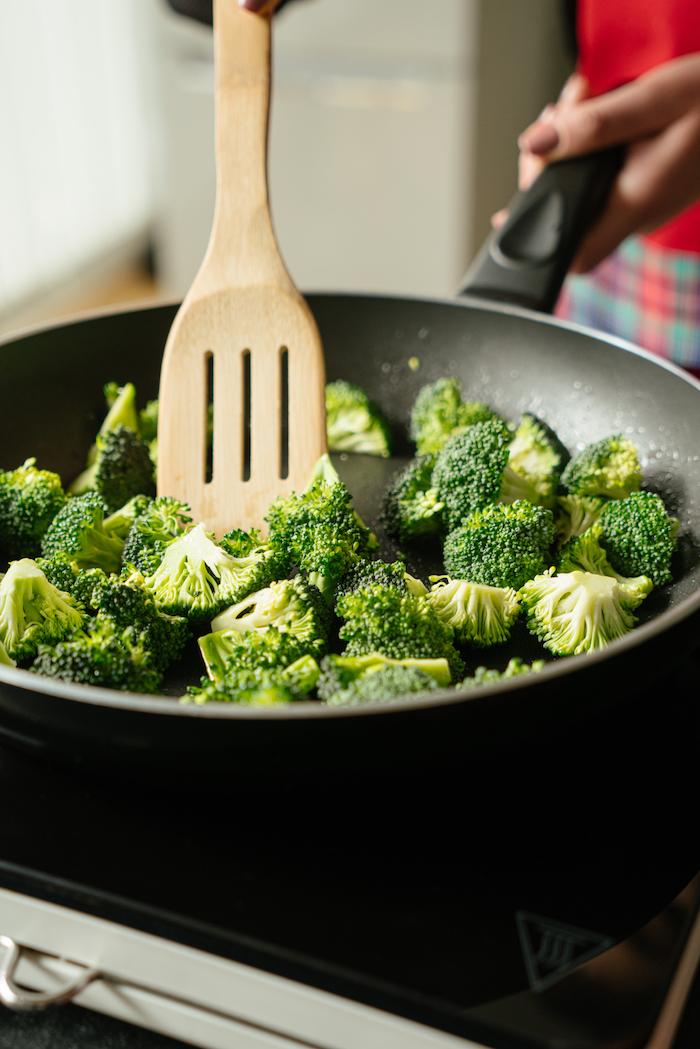Öl in der Pfanne erhitzen, Brokkoli darin kurz anbraten, schnelles Tofu Rezept