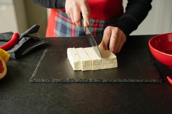 Seidentofu in kleine Würfel schneiden, schnelle vegane Rezepte für Abendessen