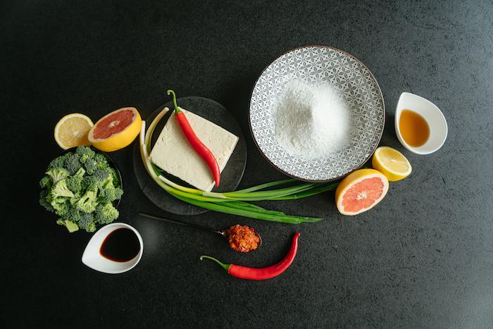 Zutaten für Tofu Rezept, Seidentofu und Frühlingszwiebel, Sojasaouce und Chili Paste, Brokkoli und Zitronensaft