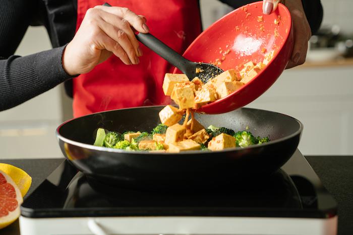 Tofu zubereiten schnell, Seidentofu und Gemüse goldbraun braten