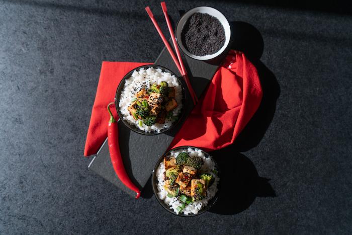 Vegane Abendessen Rezepte, Tofu mit Brokkoli auf Reis, mit schwarzem Sesam