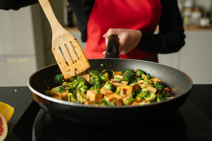 Tofu Stücke und Brokkoli goldbraun anbraten, vegane Rezepte für Abendessen