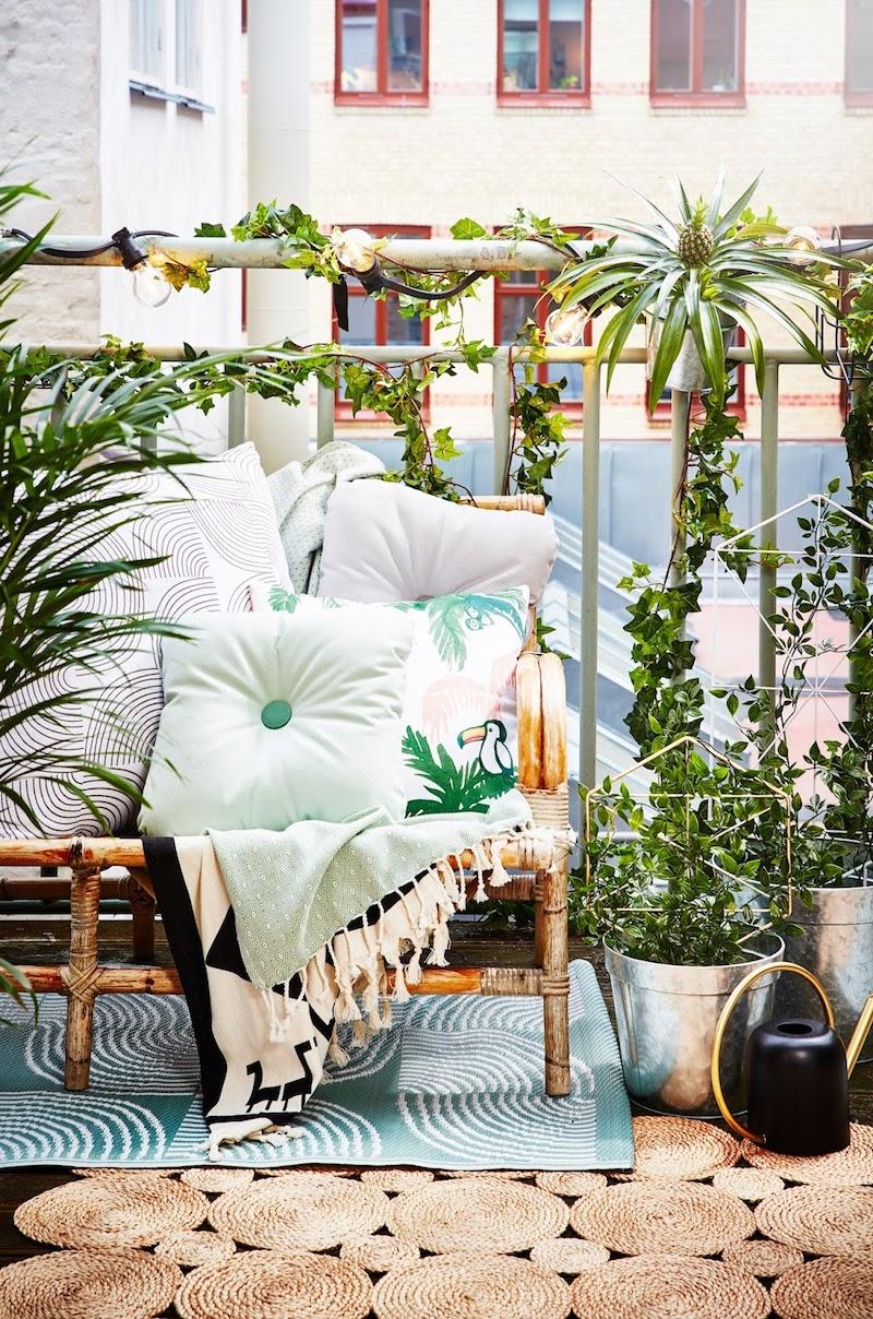 tropische deko ideen terrasse grüne pflanzen dekorative kissen