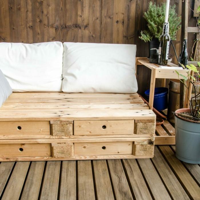 Upcyclen von alten Kisten zu einem Sofa für die Terrasse, Balkonmöbel Set für kleinen Balkon, große weiße Kissen