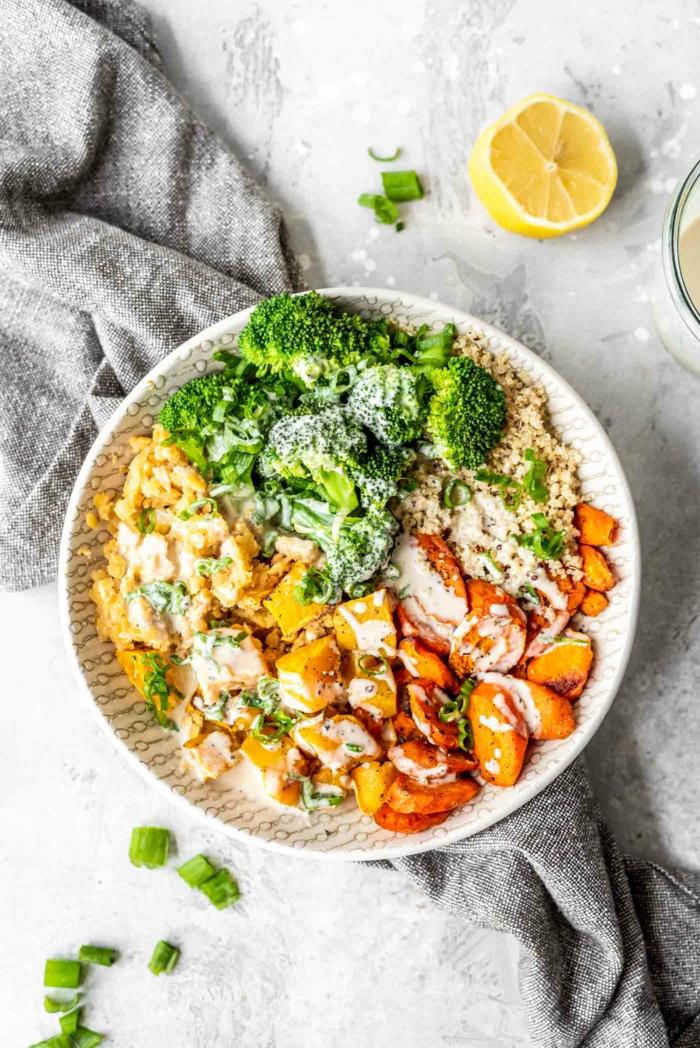 Buddha Bowl mit Brokkoli Linsen Quinoa Karotten und gerösteter Kürbis, einfache schnelle rezepte für veganer