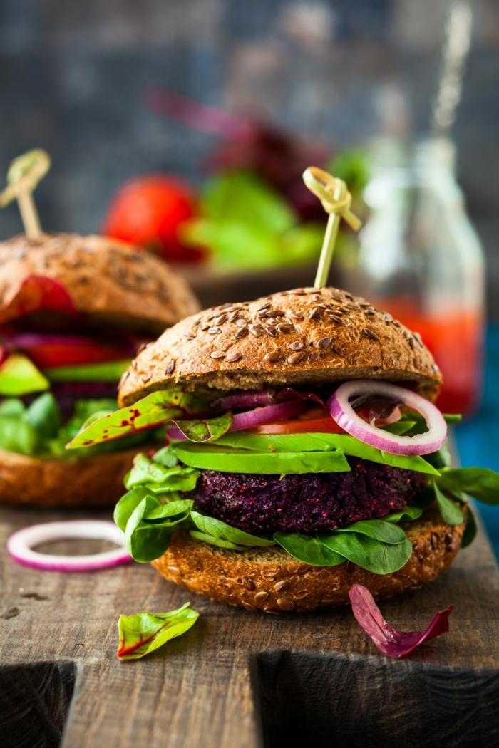 Gemüse Rezepte vegan, Burgerpatties aus Quinoa und rote Beete, mit Zwiebeln und Tomaten, vegane Rezepte