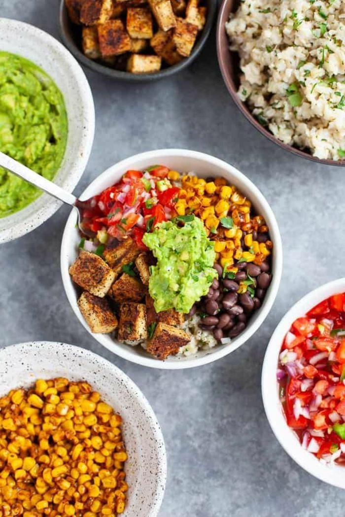 gesunde Ernährung, Burrito Bowl mit Reis Tofu Avocadocreme Tomaten, Kidneybohnen, Gemüse Rezepte Vegan,