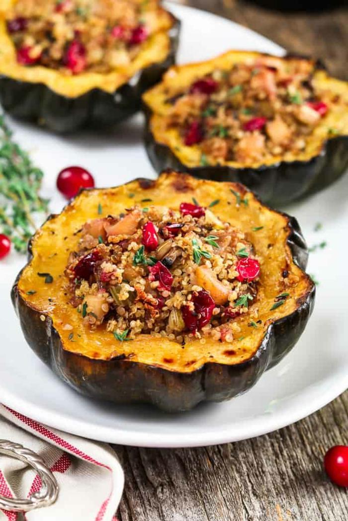 Low Carb Rezepte vegan, kleiner gefüllter Eichelkürbis mit Quinoa Äpfel und Moosbeeren, leckeres veganes Essen