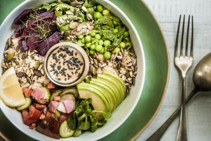 große und gesunde Buddha Bowl, mit Getreide und Edamame, Avocados und rote Beete, schnelle vegane Rezepte