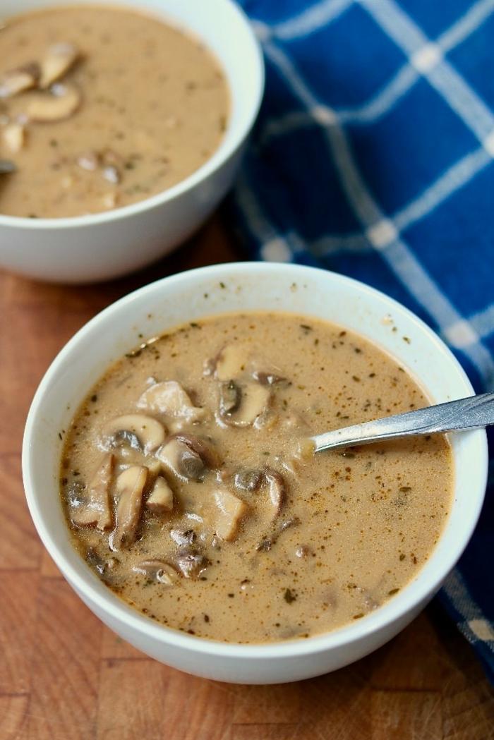 Einfache schnelle Rezepte, Cremesuppe für veganer aus Pilzen, vegan koche, Suppe in einer weißen Schale