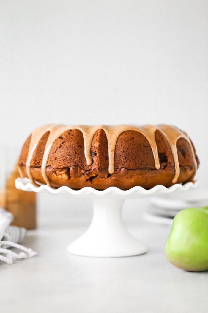 veganer kuchen ohne zucker, kuchenrezepte einfach, äpfelkuchen mit glasur aus zimt und kokosöl