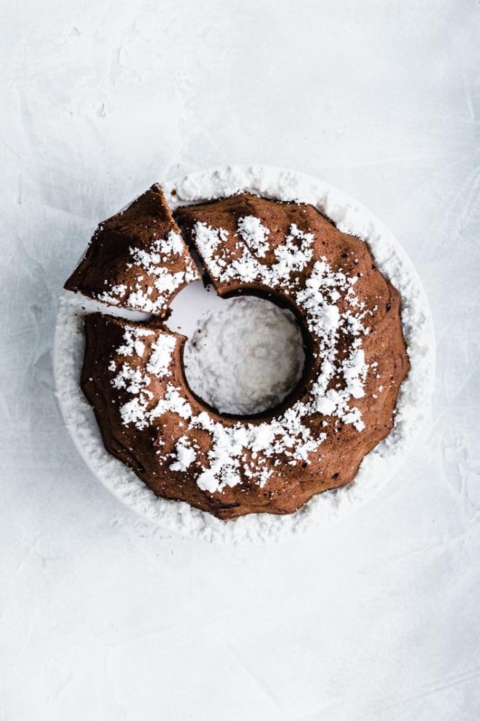 veganer kuchen ohne zucker, schokoladenkuchen garniert mit kokosflocken, bundt cake