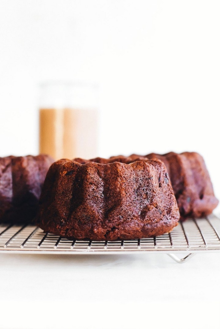veganer kuchen ohne zucker, mini bund cakes mit kakao und kokos, einfache und schnelle kuchenrezepte