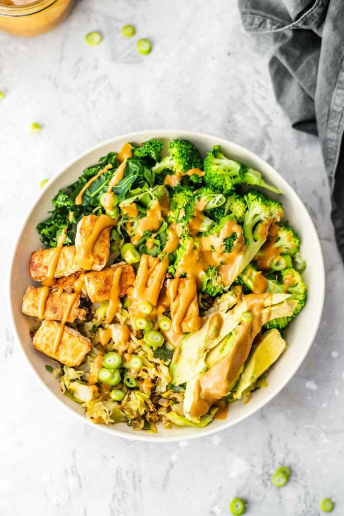 Gemüse Rezepte Vegan, Salat mit Brokkoli Erdnussbutter Tofu und Grünkohl, low carb rezepte für veganer, köstliche Speisen