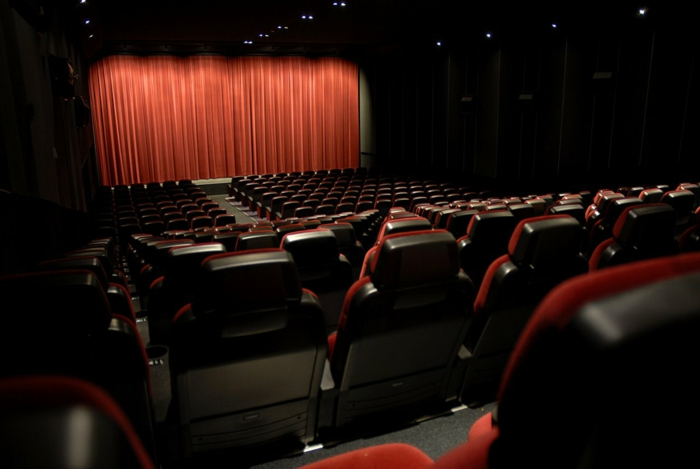 kino mit vielen roten sitzen, wegen coronavirus werden viele kinos in deutscland geschlossen
