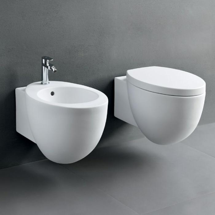 ein badezimmer mit zwei weißen bidets, alternative zu dem klopapier in der pandemie