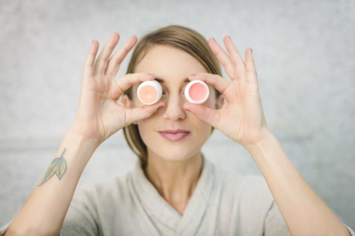 Dunkelblonde Frau mit einem Tattoo auf dem Arm, was ist ästhetische Dermatologie, Wallenstein Klinik