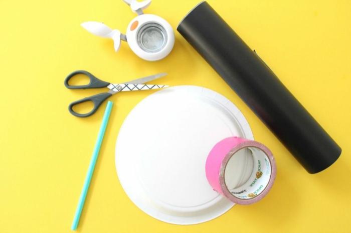 Bastelbedarf für Panda Maske, Schere und Strohhalm, Tiere aus Papptellern basteln, DIY Anleitung