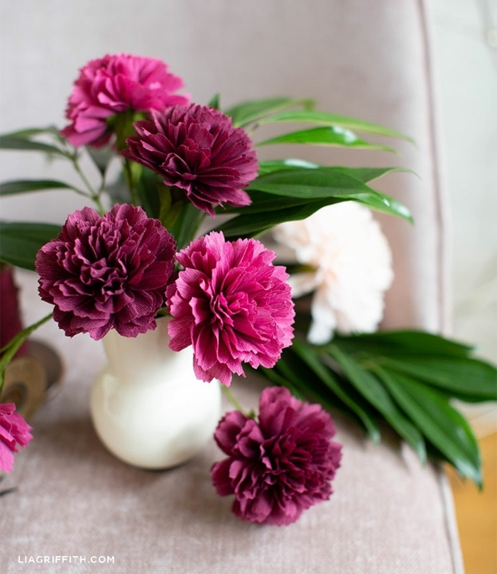 basteln mit krepppapier, diy blumen aus rosa und weißem papier, papierblumen anleitung