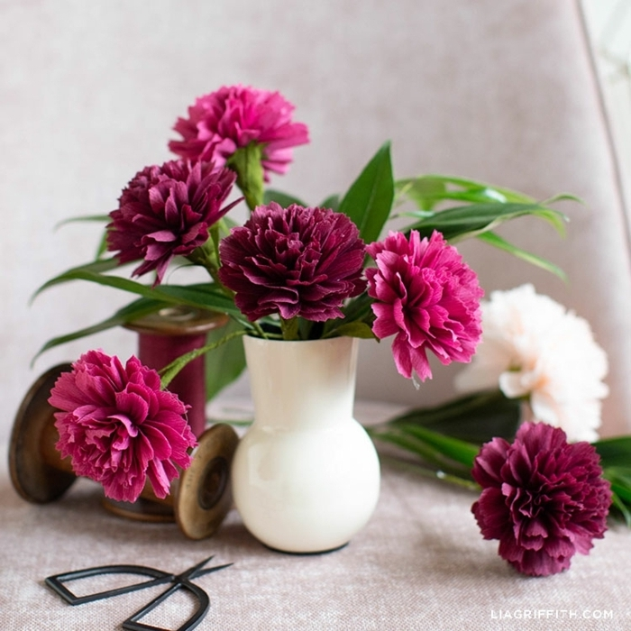 basteln mit krepppapier, papierblumen schritt für schritt anleitungen, weiße vase, tischdeko