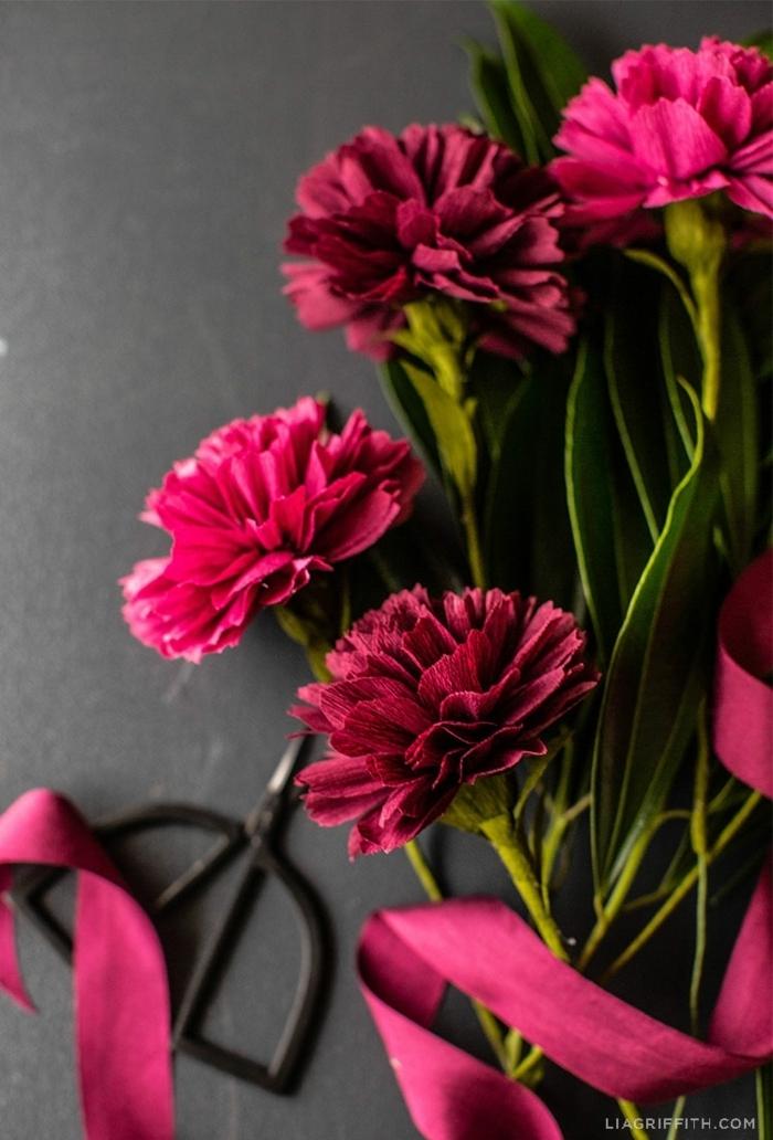 basteln mit krepppapier, selsbtgemachte papierblumen, blumen aus lila papier