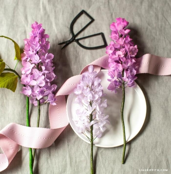 basteln mit krepppapier, tischdeko für den frühling, lila blumen, papierdeko