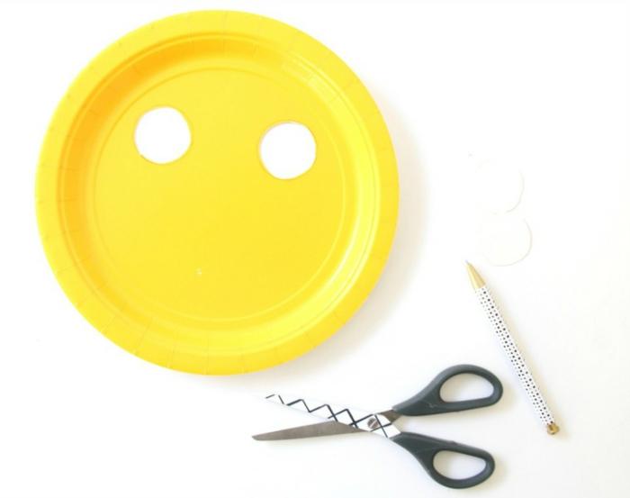 Mit Papptellern basteln, gelber Teller aus Pappe, schwarze Schere, Bastelbedarf für Panda Maske