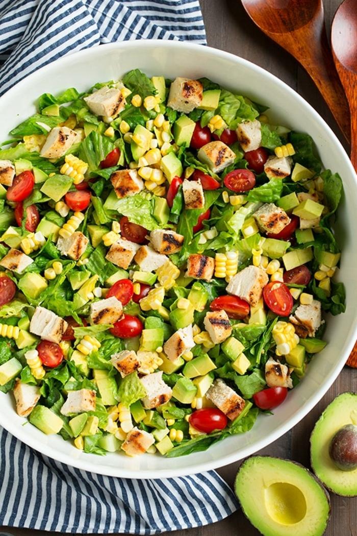 einfache salate rezepte, helathy bowl mit avocado, gegrilltes hühnerfleisch, mais und tomaten