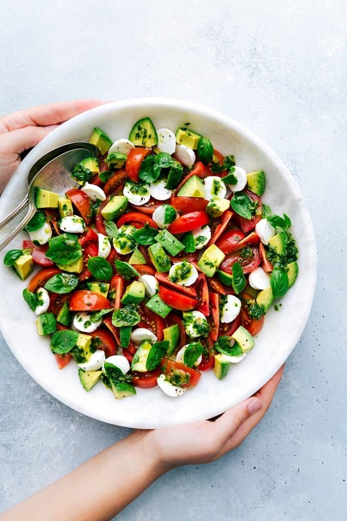 einfache salate rezepte, gesund essen, schnelle zubereitung, cherry tomaten, mozzarella