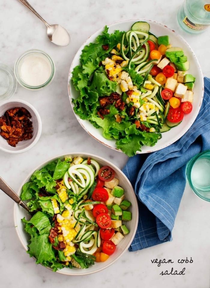 einfache salate rezepte, schnelle zubereitung, healthy bowls mit chery tomaten, gurken und eiern
