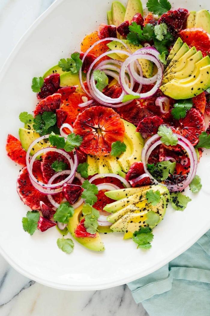 einfache salate rezepte, gesund essen, rote orange, gehakte petersilie, rote wziebel, avocado