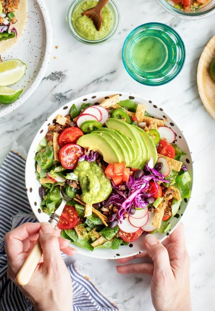 einfache salate rezepte, healthy bowl mit avocado, cherry tomaten, rotem kraut und radieschen