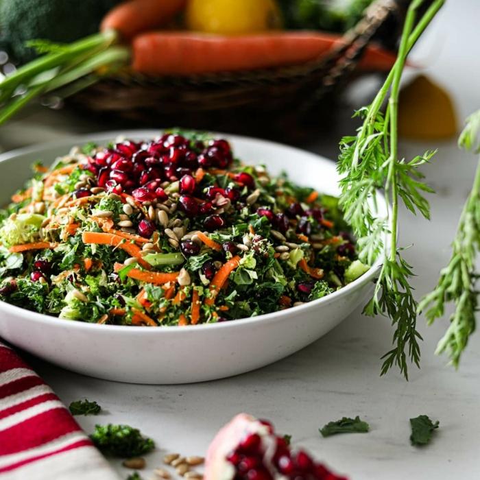 einfache salate rezepte zum abnehmen, low carb essen, quinosa mit karotten, spinat und granatapfelsamen