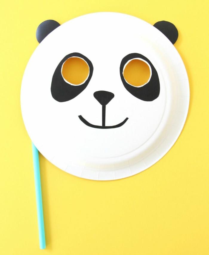 Tiere aus Papptellern selbst machen, DIY Anleitung für Panda Maske, gelber Hintergrund,